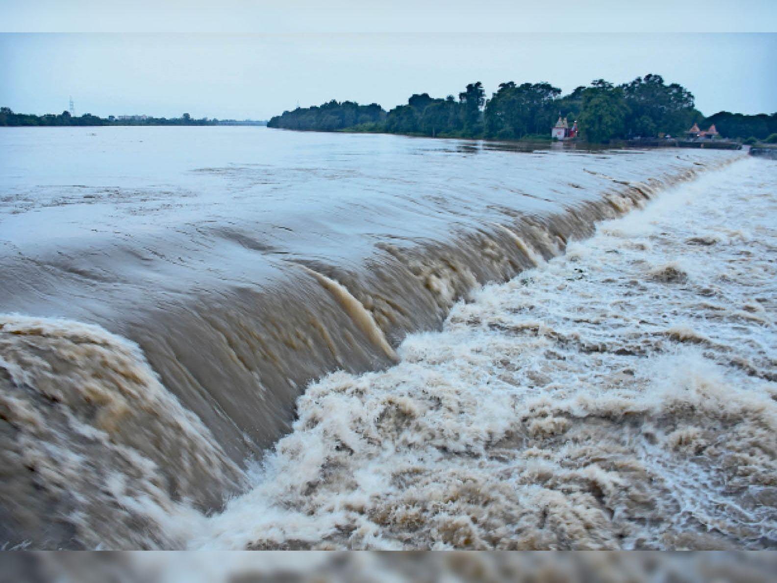 तस्वीर मंगलवार शाम की है। लगातार बारिश के कारण शिवनाथ नदी का जलस्तर बढ़ गया है। - Dainik Bhaskar