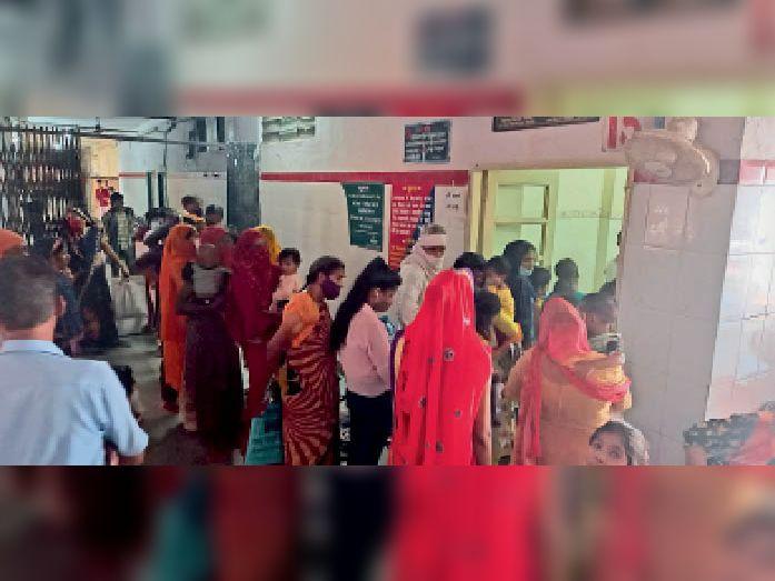 पीबीएम बच्चा अस्पताल की ओपीडी में दोपहर तक ऐसे कतार लगी रही। - Dainik Bhaskar