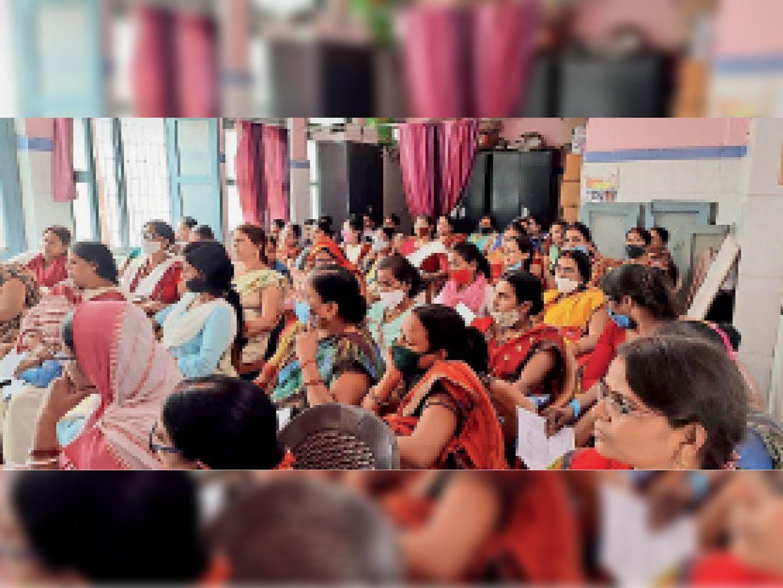 कार्यक्रम में शामिल आंगनबाड़ी सेविकाएं। - Dainik Bhaskar