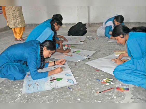 एमपी हाई स्कूल में प्रतियोगिता के दौरान पेंटिंग बनाती छात्राएं - Dainik Bhaskar