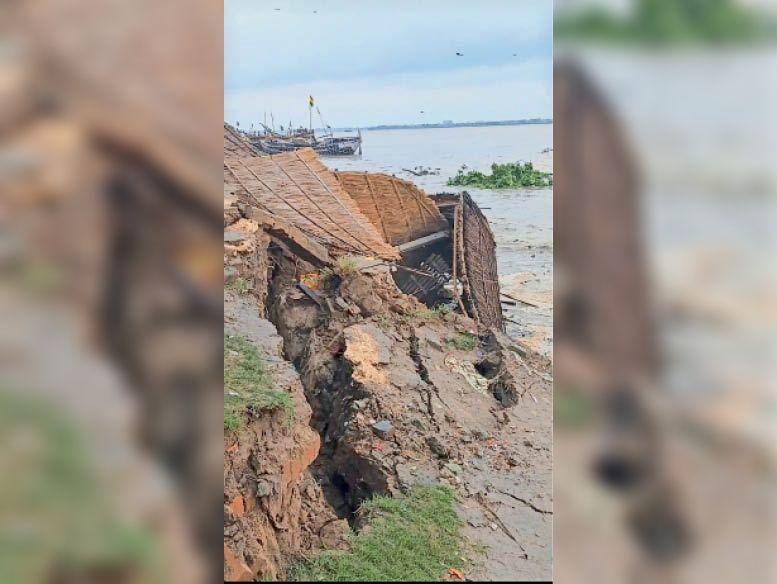 कटाव के कारण घर व झोपड़ी गंगा नदी में समा गयी - Dainik Bhaskar