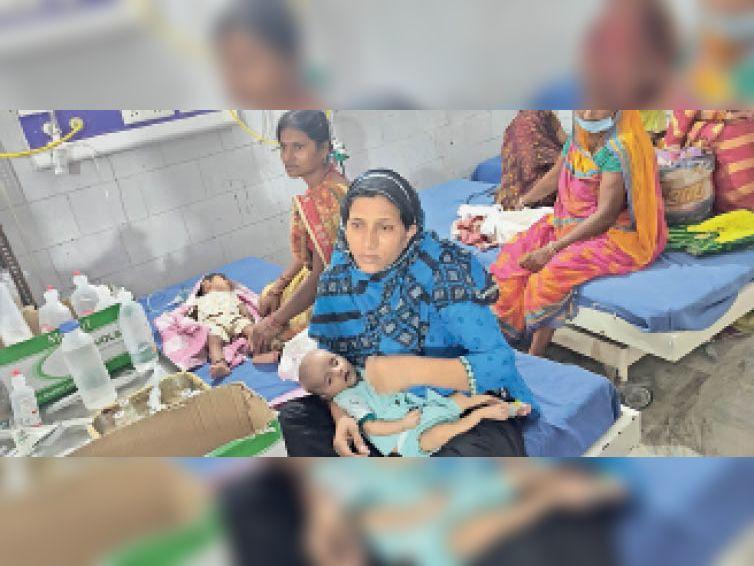 डीएमसीएच के शिशु विभाग के इमरजेंसी वार्ड में एक ही बेड पर चल रहा दो-दो बच्चे का इलाज। - Dainik Bhaskar
