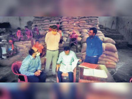 बहेड़ी में एसएफसी गोदाम का निरीक्षण करते सदर एसडीओ स्पर्श गुप्ता। - Dainik Bhaskar