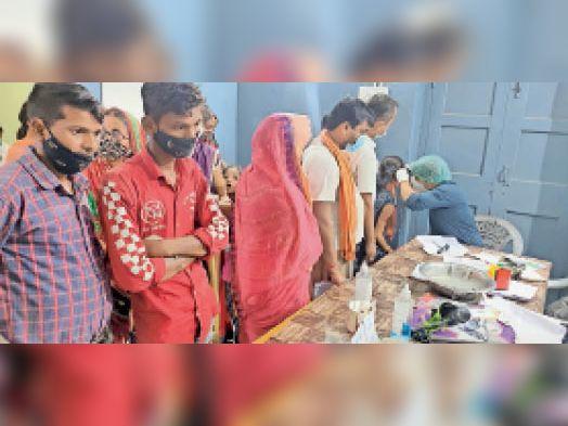 डीएमसीएच के ओपीडी में मरीज को देखते चिकित्सक। - Dainik Bhaskar