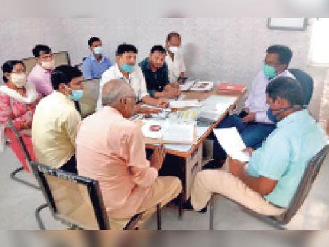 जाले रेफरल अस्पताल में बैठक में शामिल सीओ व अन्य। - Dainik Bhaskar