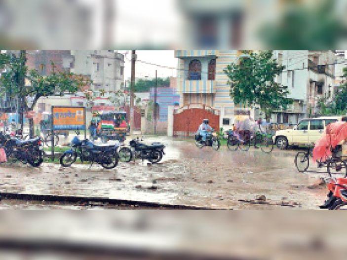 शहर के वीआईपी रोड में जमकर हुई बारिश से आते-जाते लोग। - Dainik Bhaskar