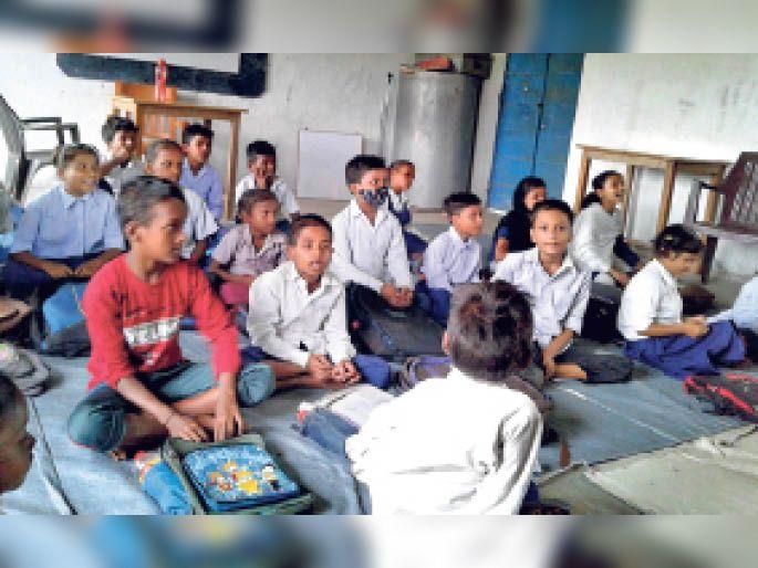 बंसीदास स्कूल में एक ही क्लास में संचालित मवि. दुमदुमा की कक्षा। - Dainik Bhaskar