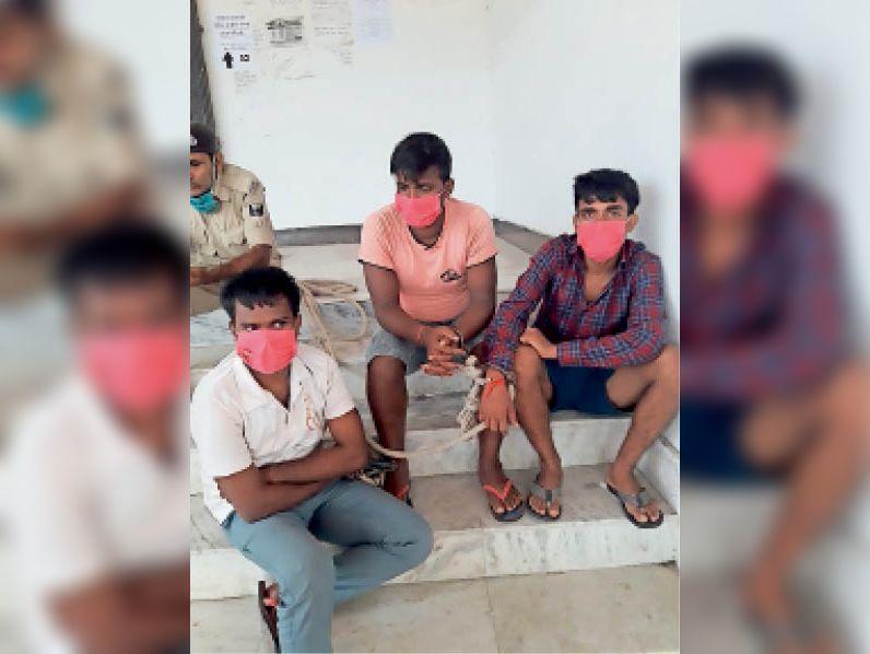 रैयाम पुलिस द्वारा नशे की हालत में गिरफ्तार किए गए तीनों युवक। - Dainik Bhaskar