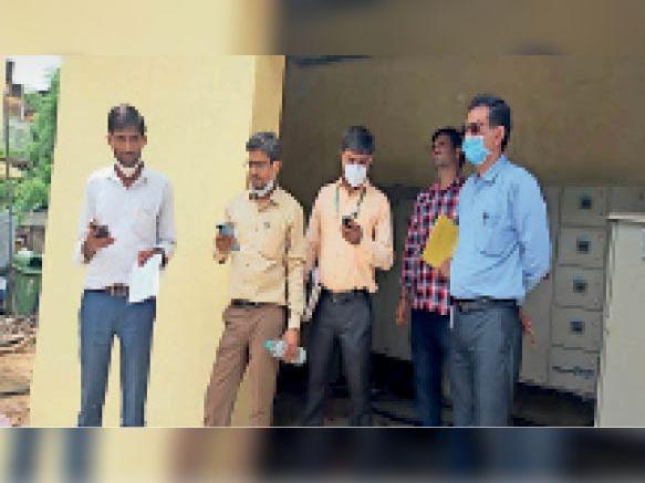 हॉस्पिटल में ऑक्सीजन प्लांट का निरीक्षण करते पीएमओ से आए रक्षा मंत्रालय के अधिकारी। - Dainik Bhaskar