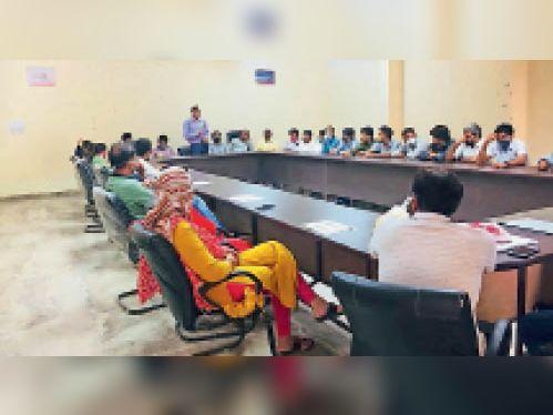 दौसा  हिंदी दिवस पर पॉलिटेक्निक कॉलेज में संगोष्ठी में उपस्थित संभागी। - Dainik Bhaskar