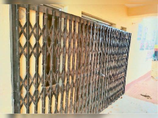 दौसा ग्रामीण|टीटोली टोल प्लाजा पर बने जन प्रसाधन केंद्र पर लगे ताले। - Dainik Bhaskar