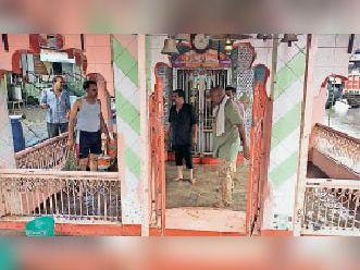 अंबे माता मंदिर में घुसा पानी निकालते हुए। - Dainik Bhaskar
