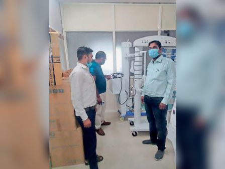 पीआईयू में मशीनें की जांच करते हुए। - Dainik Bhaskar