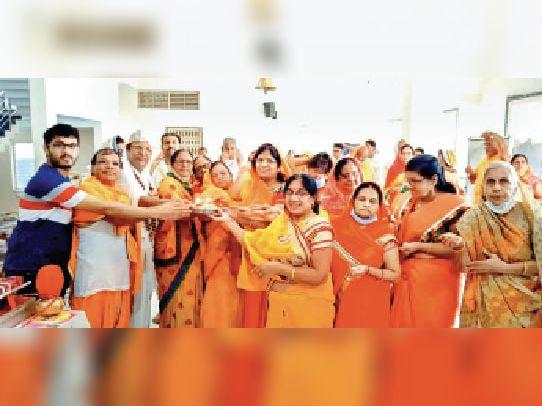 धार. शहर के दिगंबर जैन मंदिर में भगवान काे लाडू चढ़ाते समाजजन। - Dainik Bhaskar