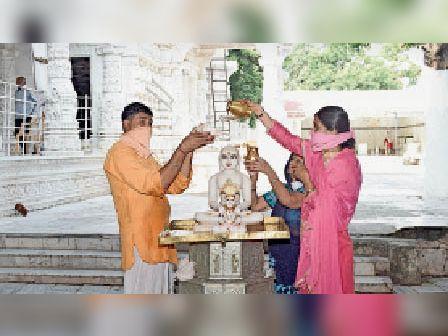राजगढ़. भगवान का अभिषेक व पूजन करते हुए जैन समाज के सदस्य। - Dainik Bhaskar