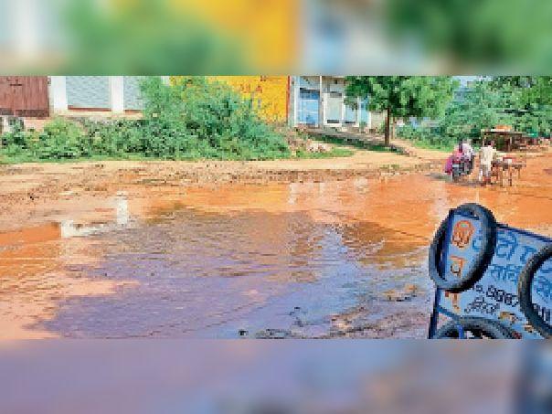 नदबई. क्षतिग्रस्त सड़क में भरा हुआ गंदा पानी। - Dainik Bhaskar