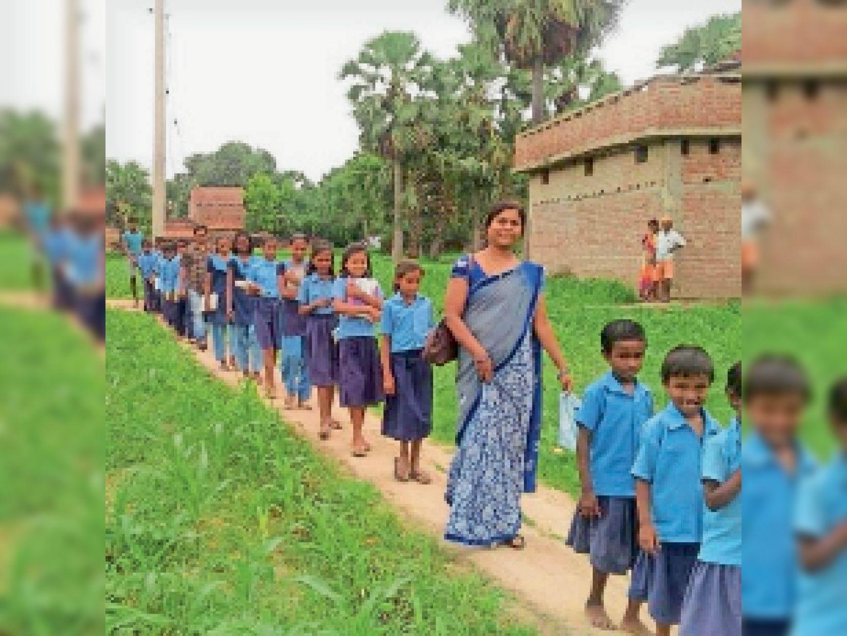 स्कूल जाती एचएम और बच्चे। - Dainik Bhaskar