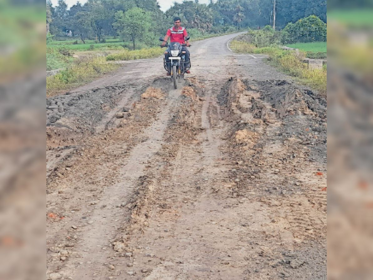 दो जिलों को जोड़ने वाली सड़क हुई जर्जर। - Dainik Bhaskar