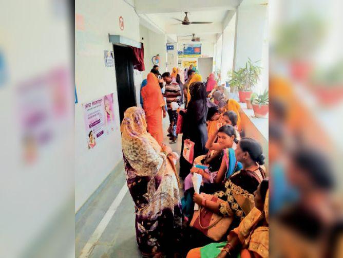 ओपीडी में इलाज के लिए लाइन में खड़े मरीज। - Dainik Bhaskar