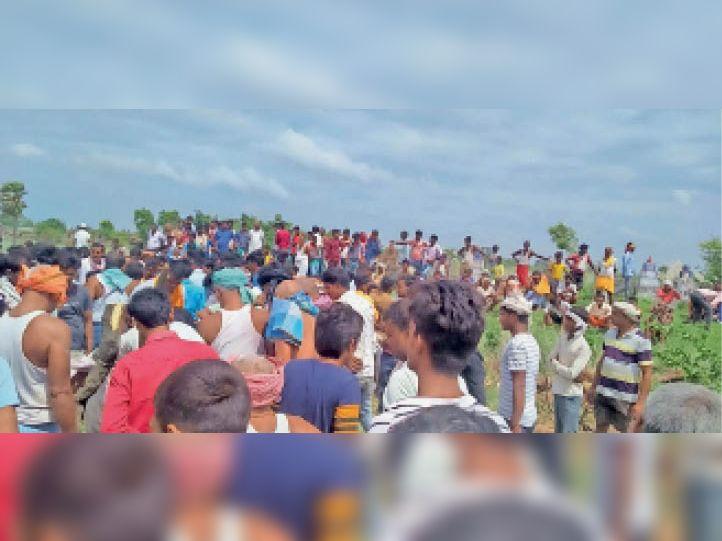 सड़क हादसे में मौत के बाद लगी ग्रामीणों की भीड़। - Dainik Bhaskar