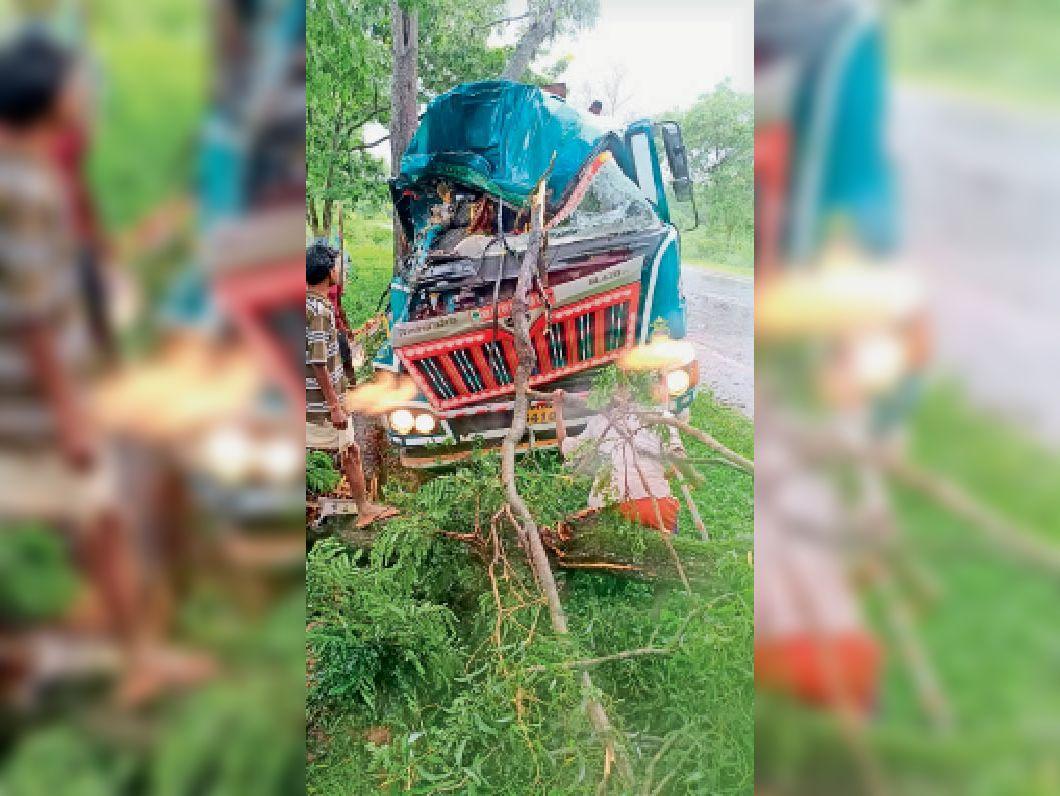 दुर्घटनाग्रस्त टैंकर और फंसा हुआ जख्मी चालक। - Dainik Bhaskar