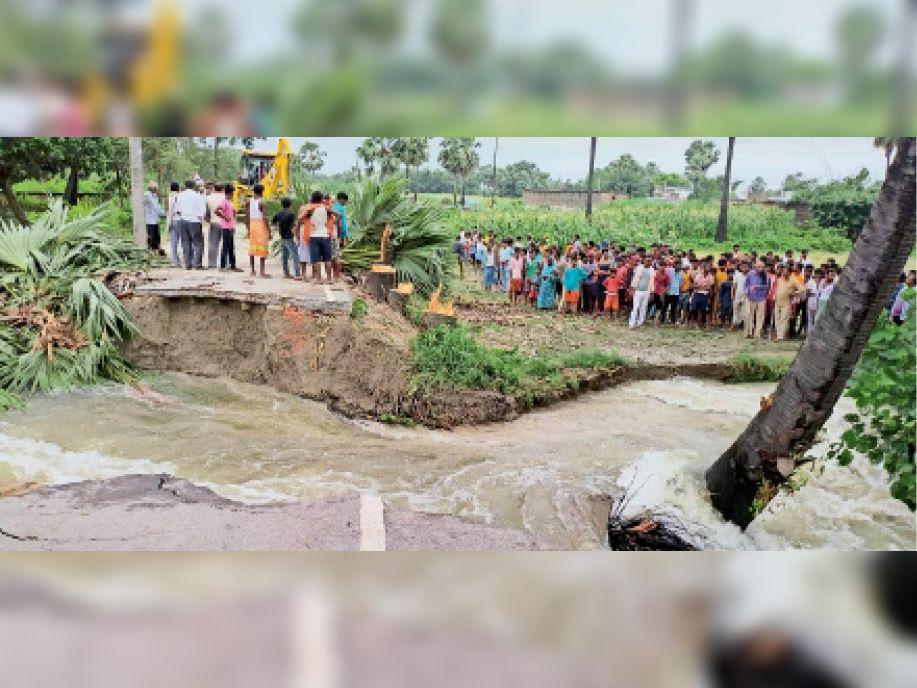 महनार के बाजीतपुर में वाया नदी के पानी के दबाव से स्लूइस गेट के निकट बना फ्लैंक टूटने के बाद जुटे लोग। - Dainik Bhaskar