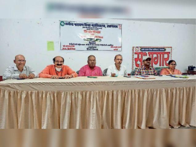 हिन्दी दिवस पर एसएन काॅलेज में कार्यक्रम में उपस्थित वक्ता। - Dainik Bhaskar