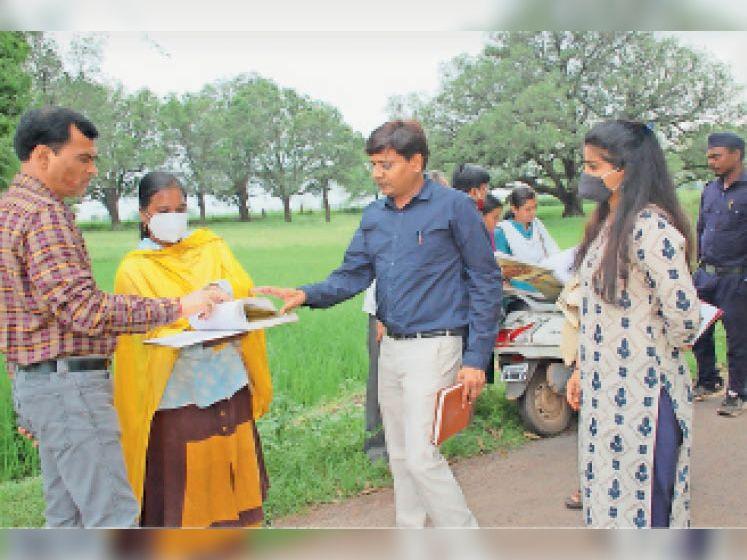 कवर्धा. गिरदावरी कार्य का निरीक्षण करने पहुंचे कलेक्टर। - Dainik Bhaskar