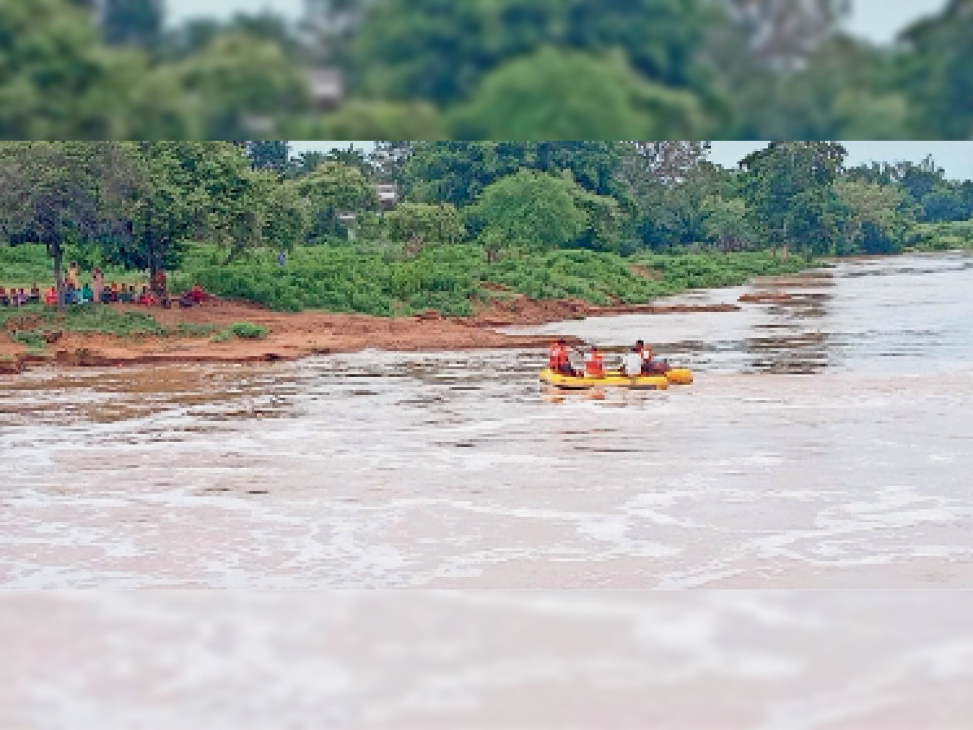 परपोड़ी. नवागांव खुर्द में नदी में बाढ़ आने के दौरान बही महिला की तलाश करती रेस्क्यू टीम। स्थिति को देखते हुए लोगों को सतर्क रहने कहा है। - Dainik Bhaskar