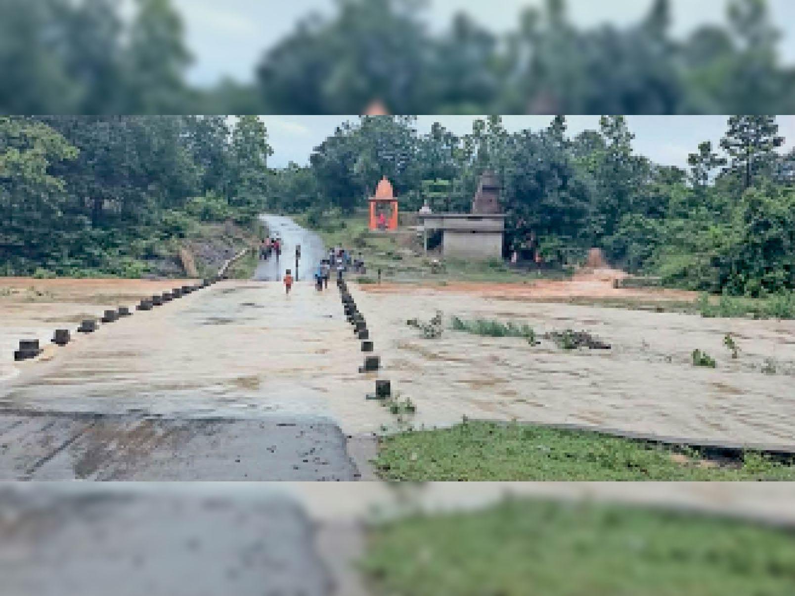 कोरबा. जिले में मंगलवार को हुई भारी बारिश के कारण नोनबिर्रा से रामपुर के बीच नाले के पुल के ऊपर से पानी बहता रहा। - Dainik Bhaskar