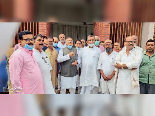 पैतृक निवास स्थान अररिया में मंत्री संजय झा और अन्य। - Dainik Bhaskar