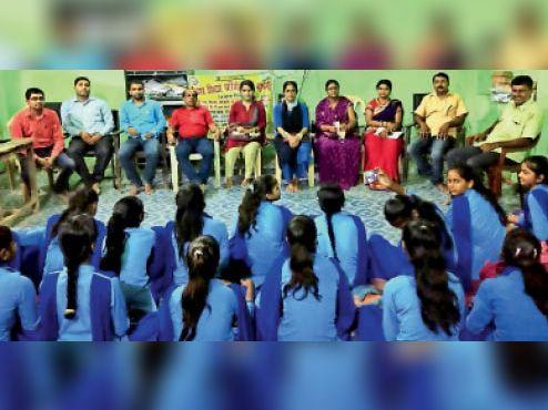 कार्यक्रम में शामिल शिक्षक-शिक्षिका और छात्राएं। - Dainik Bhaskar