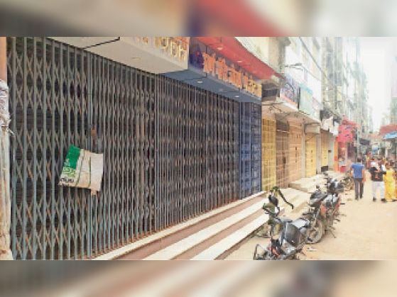 स्वर्ण व्यवसायी की हत्या के विरोध में बंद रक्सौल की सर्राफा दुकानें। - Dainik Bhaskar