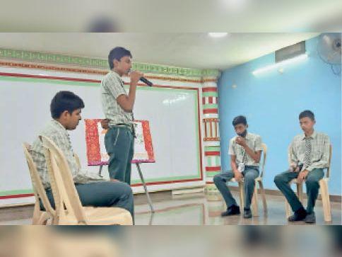 वाद-विवाद प्रतियोगिता में शामिल स्कूल के बच्चे। - Dainik Bhaskar