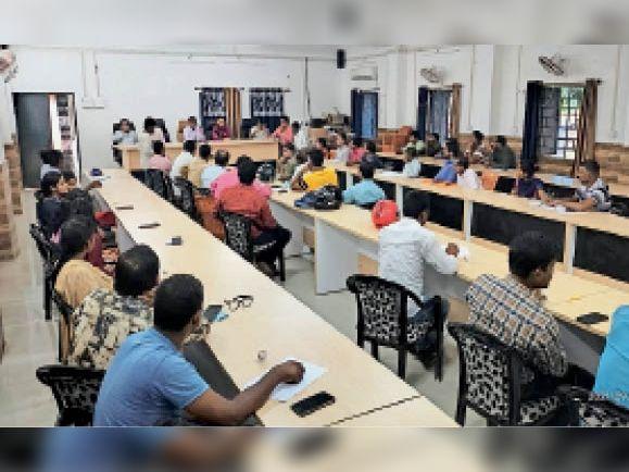 तैयारी को लेकर बैठक में उपस्थित अधिकारी व अन्य। - Dainik Bhaskar