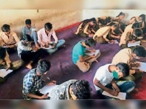 सवाई माधोपुर| एनएसयूआई की ओर से हिंदी दिवस पर निबंध प्रतियोगिता में भाग लेते विद्यार्थी। - Dainik Bhaskar