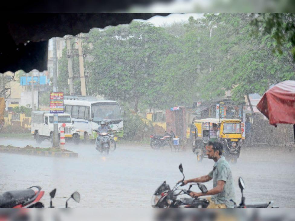 सिंचाई विभाग के अनुसार सीकर में 15 सितंबर तक मानसून सीजन में हाेनी थी 450 एमएम बारिश, 14 तक हुई 447 एमएम (फाइल फोटो) - Dainik Bhaskar
