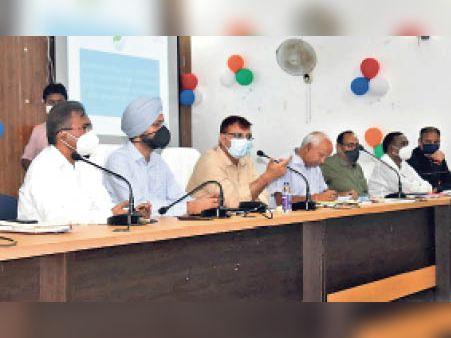 आपदा से संबंधित कार्यों की समीक्षा बैठक करते डीएम। - Dainik Bhaskar