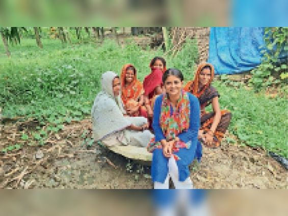 सिंहवाहिनी पंचायत में महिलाओं के बीच रीतू जायसवाल। - Dainik Bhaskar