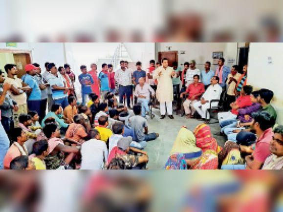 हड़ताल पर बैठे नगर निकाय कर्मियों को संबोधित करते युवा कांग्रेस जिलाध्यक्ष। - Dainik Bhaskar