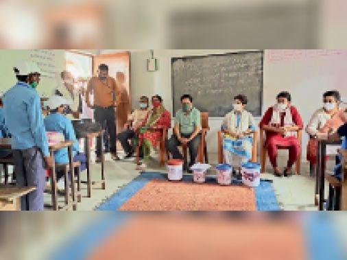 बाजपट्टी में बच्चों से जानकारी लेते टीम के सदस्य। - Dainik Bhaskar