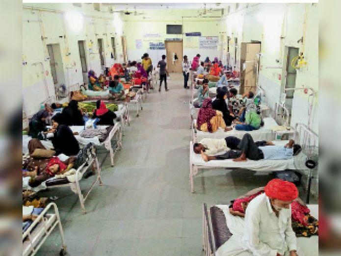 टोंक। मौसम में आए बदलाव के चलते सआदत अस्पताल में रोगियों का आंकड़ा बढ़ गया है। मेडिकल वार्ड में भर्ती रोगी। - Dainik Bhaskar