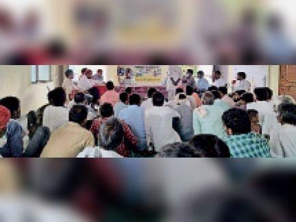 बनेठा । विस्थापितों की समस्या सुनते एडीएम बीसलपुर परियोजना। - Dainik Bhaskar