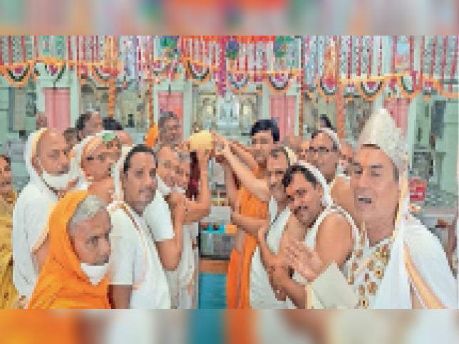 टोंक  श्री दिगंबर जैन नसिया टोंक में तहत पुष्पदंत भगवान का मोक्ष कल्याणक पर्व पर लड्डू चढ़ाते श्रद्धालु। - Dainik Bhaskar