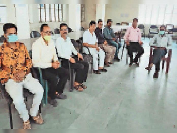 टोंक| हिंदी दिवस के अवसर पर जिला पुस्तकालय में संगोष्ठी में उपस्थित लोगl - Dainik Bhaskar