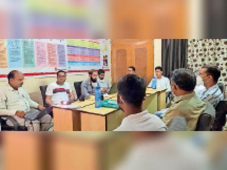 टोंक  प्रशासन गांव के संग पूर्व तैयारी अभियान के तहत सिविल सोसायटी सदस्यों की ब्लॉक स्तरीय कार्यशाला में उपस्थित विभिन्न स्वयंसेवी संगठनों के कार्यकर्ता, पदाधिकारी। - Dainik Bhaskar