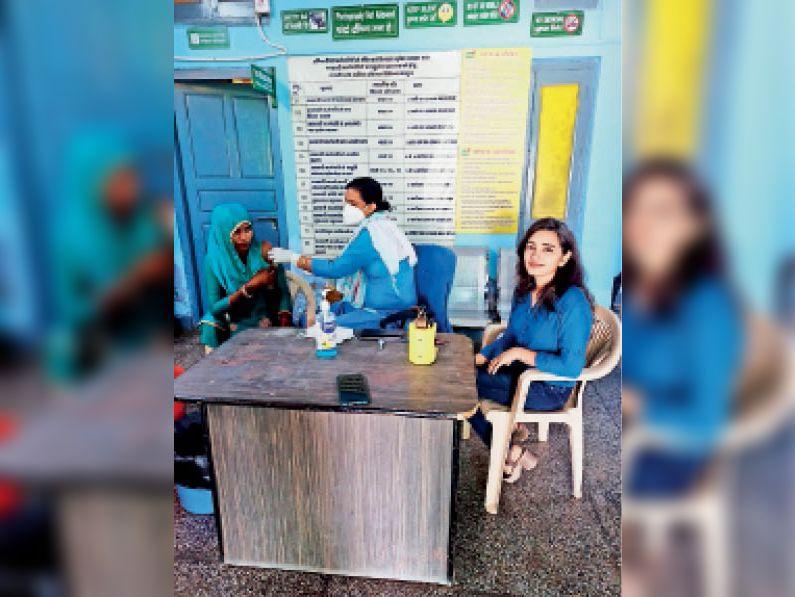 दादरी। महिला को कोरोना वैक्सीन लगाती स्टाफ नर्स। - Dainik Bhaskar