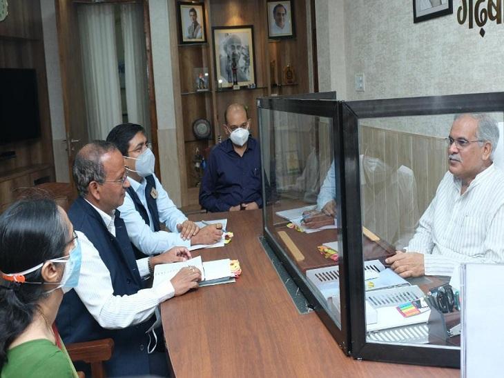 CM भूपेश बघेल से मिलने पहुंचे केंद्रीय सचिव नागेंद्र नाथ सिन्हा के सामने रखी मांग, केंद्र के पास बकाया 4.5 हजार करोड़ रुपए भी मांगे|रायपुर,Raipur - Dainik Bhaskar