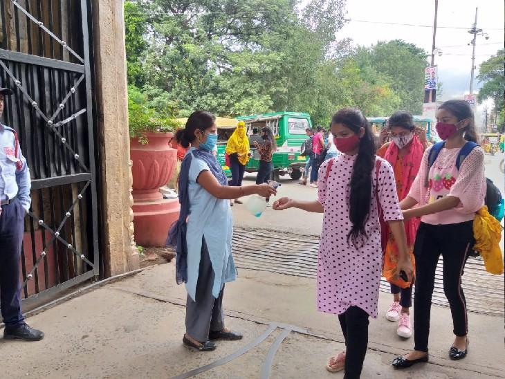 केआरजी कॉलेज के गेट पर दिखी सख्ती, बिना मास्क, सोशल डिस्टेंस और सेनिटाइजन के किसी को नहीं दिया प्रवेश - Dainik Bhaskar