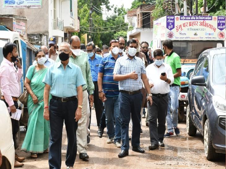 दरवाजा खोला तो सामने खड़े थे सांसद, कमिश्नर, कलेक्टर, बोले-डेंगू का खात्मा करना है तो घर से करनी होगी शुरूआत|ग्वालियर,Gwalior - Dainik Bhaskar